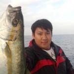 初乗船のタックルベリースタッフの小川さん なんとデビュー戦で初ヒットがひらまさ!おめでとうございます♪ もってます・・
